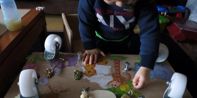 Attività Montessori a casa - Apri e chiudi: pannelli delle attività e casette delle serrature