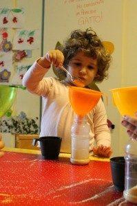 attività travasi per bambini